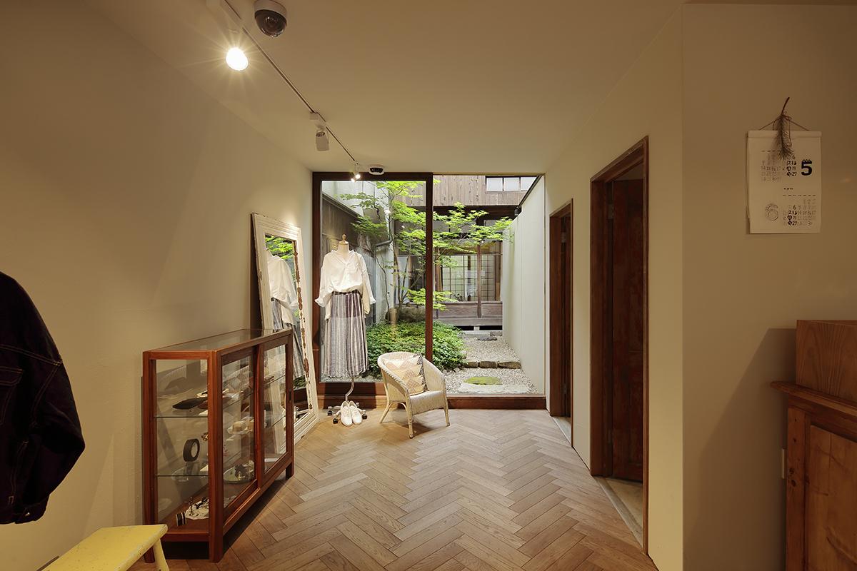 リノベーション|洗練された空間になじむ自然体な和風坪庭/yuni KYOTO(京都市三条寺町)